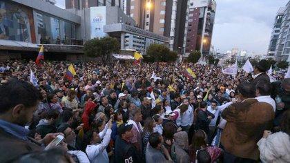 Miles de ecuatorianos pasaron la noche frente al CNE