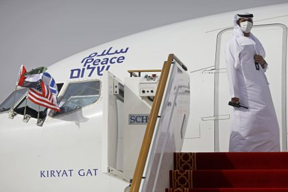 Un funcionario se encuentra en la puerta de un avión israelí de El Al después de que aterrizó en Abu Dhabi, Emiratos Árabes Unidos (Nir Elias/Pool Photo via AP, File)
