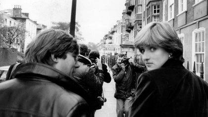 Diana Spencer a los 19 años, buscada por los periodistas(Keystone Pictures USA / Alamy Stock Photo)