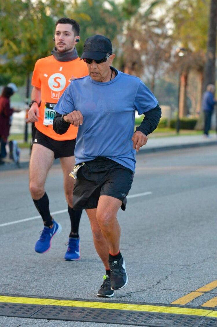 """""""Un joven de 70 años que marcó 2:53 y monedas, ¡Frank, eres increíble!"""", lo recibió el relator oficial de la Maratón de Los Angeles en la llegada."""