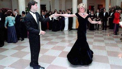 Diana de Gales y John Travolta bailando en la Casa Blanca en 1985 (Shutterstock)