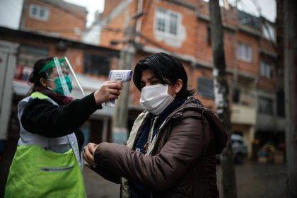 Personal de sanidad realiza un control febril el 8 de junio en el Barrio Fraga de Chacarita en la Ciudad de Buenos Aires EFE/Juan Ignacio Roncoroni