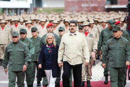 El presidente de Venezuela, Nicolás Maduro, camina con su esposa, Cilia Flores; el ministro de la Defensa, Vladimir Padrino López, y el jefe del Comando Estratégico Operacional de la Fuerza Armada, Remigio Ceballos. El dictador y los militares están señalados por la ONU como responsables de delitos de lesa humanidad en Venezuela (Reuters)