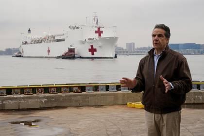 El gobernador Andrew Cuomo recibió a la embarcación y dijo que ayudará a mitigar la situación de los hospitales de la ciudad, abrumados por la cantidad de pacientes que han contraído la enfermedad. Además de las 1.000 camas, el Comfort cuenta con 12 quirófanos que podrían estar funcionando dentro de las 24 horas.