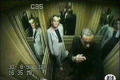 Diana y Dodi Fayed en el Ritz hotel. La cámara de seguridad del ascensor captó los últimos minutos de vida de la princesa Diana y su novio antes del trágico accidente de tránsito en  París el 31 de agosto de 1997