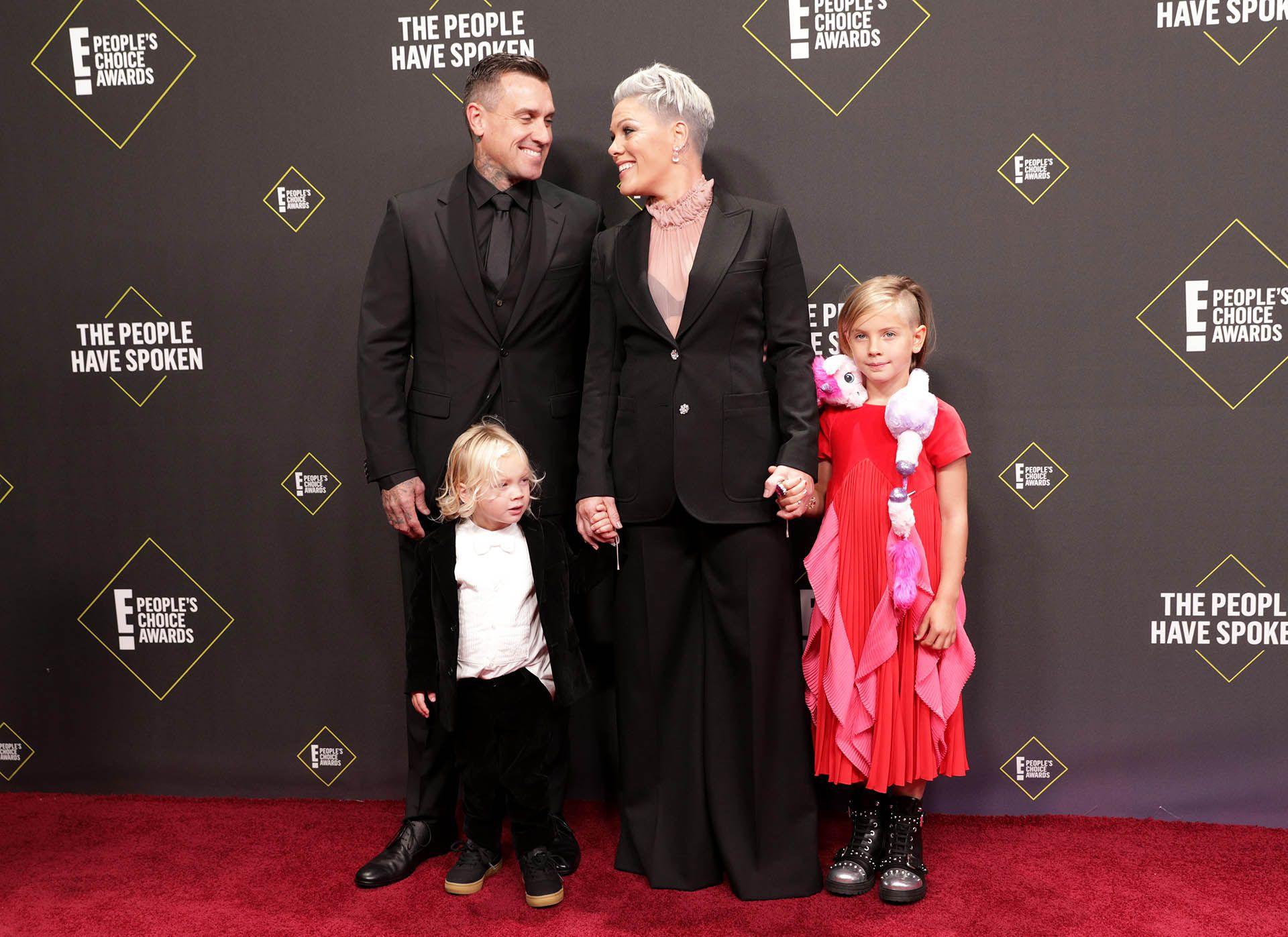 Pink junto a su esposo, Carey Hart, y sus dos hijos (Foto: REUTERS/Monica Almeida)