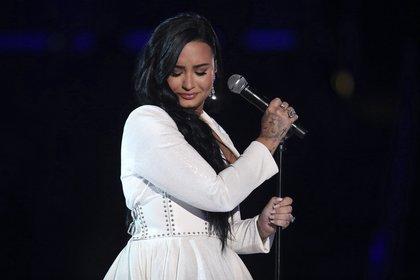 Demi Lovato - A su vez deslumbró con una gran falda princesa con corte en la cintura. La cantante completó su look con anillos de brillantes y aros cascada