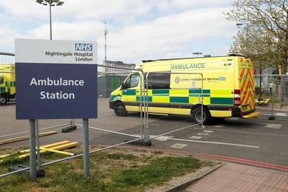 Una ambulancia llega al NHS Nightingale Hospital de Londres mientras continúa la propagación del coronavirus (Reuters)