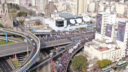 Los manifestantes circularon a contramano en la autopista 25 de Mayo.