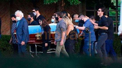 El féretro: el cuerpo de Maradona va a su tumba rodeado de amigos y familiares en Bella Vista.