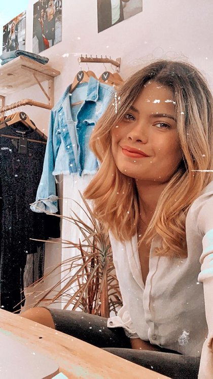 Vanesa en su local de Palermo con ropa contemporánea