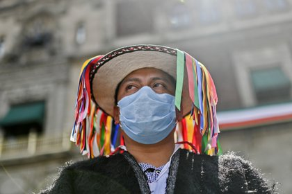 Un integrante de la etnia indígena tzotzil de Chiapas se manifiesta en apoyo al presidente mexicano Andrés Manuel López Obrador durante la presentación del segundo informe anual de su gobierno, en la plaza Zócalo de la Ciudad de México el 1 de septiembre de 2020. (Foto: AFP)