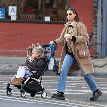 Por tercera vez en la semana, la modelo rusa Irina Shayk fue captada por las cámaras paseando por Nueva York con su hija de tres años