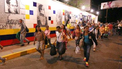 Miles de venezolanos cruzan la frontera semana a semana (EFE)
