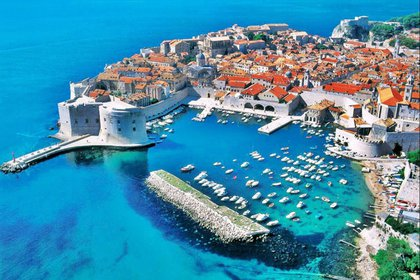 Destacada ciudad de Croacia por las vistas aéreas de igual arquitectura las casas con techos anaranjados y aguas turquesa (Turismo Dubrovnik)