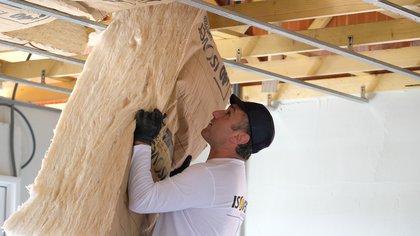 """""""En el techo puede ser aplicado bajo el cielo raso y entre la chapa y el entablonado en la cual, la misma capa de membrana aísla de la temperatura exterior-interior"""", dijo a Infobae Martín Carísimo"""
