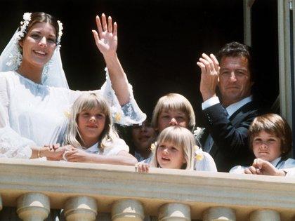 Caroline de Monaco y Philippe Junot en el balcón del palacio de Monaco. La boda se celebró el 29  de junio1978. Dos años después, el 9 octubre de 1980, estaban divorciados (Shutterstock)