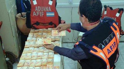 Puente Pilcomayo: personal de Aduana cuenta el lote.