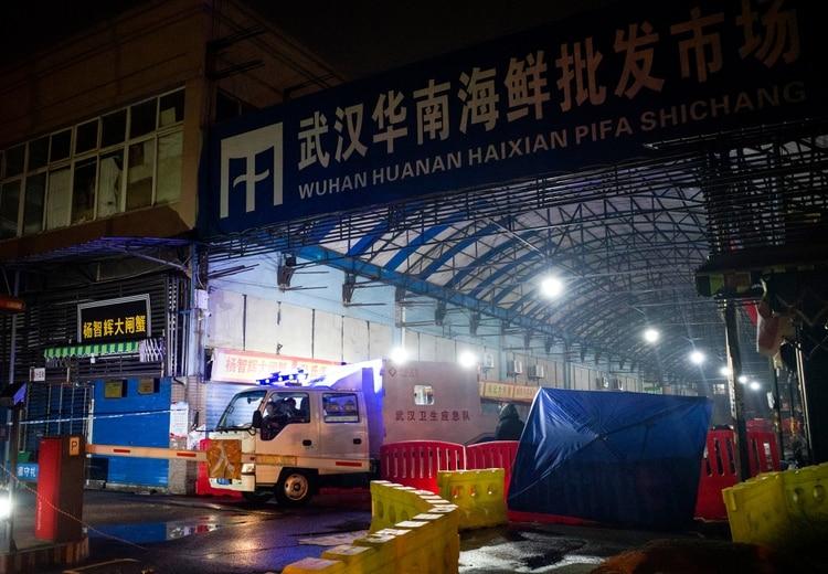 Investigadores del equipo de respuesta de emergencia sanitaria (AFP)