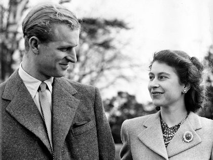 Felipe mantuvo correspondencia con Isabel durante toda la II Guerra Mundial, mientras servía en la Marina británica y sin hacer demasiado caso de otros pretendientes, ella lo esperó hasta su regreso