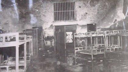 A modo de barricada los reclusos amontonaron camas en medio del pabellón