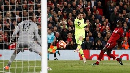 Lionel Messi estaba atado de pies y manos en Anfield, donde el Liverpool aprovechó el ambiente y los miedos del Barça (Reuters)