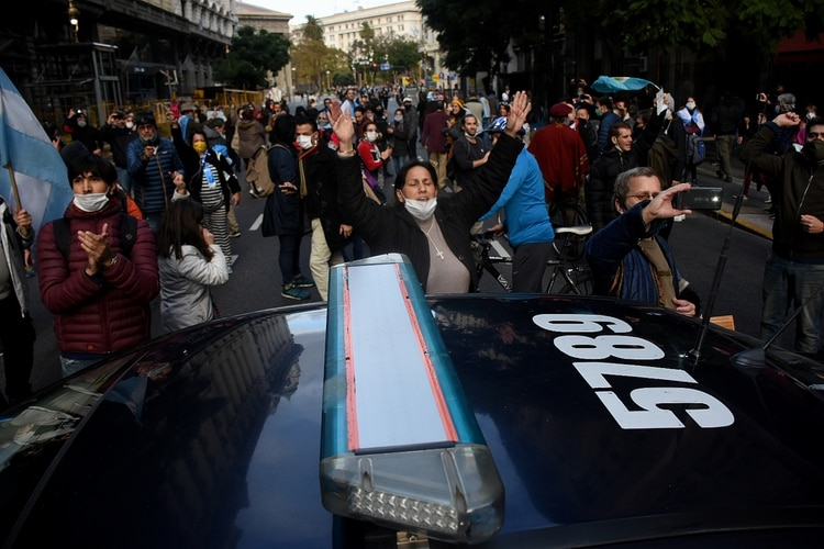 Se movilizaron con banderas argentinas, carteles y cacerolas