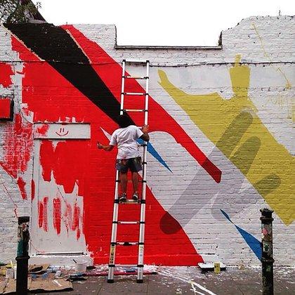 Elian Chali trabajando en el muro de Schoreditch, Londres, en 2015 (Mya Gallery)