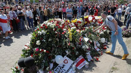 People place flowers at a makeshift memorial as they pay tribute to protester Alexander Taraykovskiy, who was killed during recent rallies against the presidential election results, at the site of his death in Minsk, Belarus August 15, 2020. REUTERS/Vasily Fedosenko