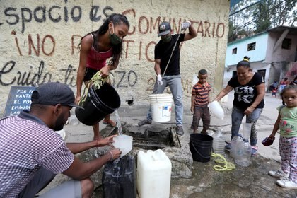 Venezolanos juntan agua en plena pandemia (REUTERS/Manaure Quintero)