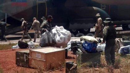 Uniformados rusos y venezolanos descargan insumos de las aeronaves