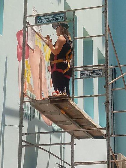 La artista, durante la realización del mural