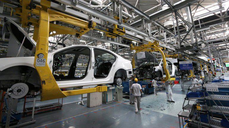 La industria automotriz es uno de los sectores muy afectados por la devaluación, inflación y encarecimiento del crédito para consumo
