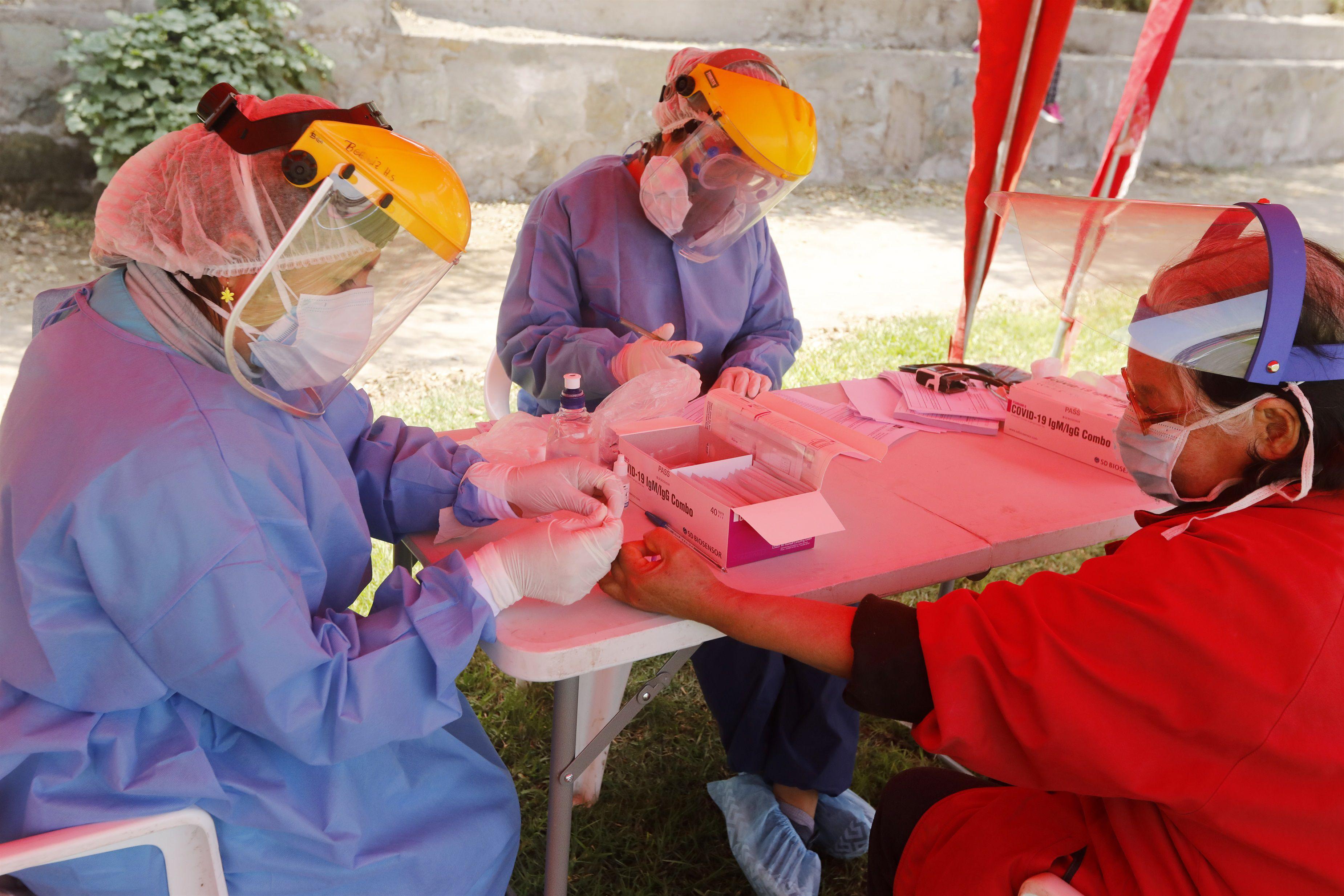 Una trabajadora sanitaria realiza pruebas rápidas del coronavirus en Perú (Europa Press)