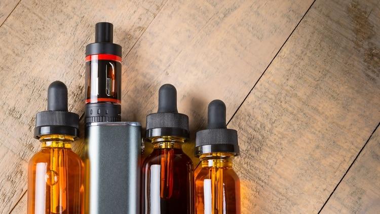 Según la Secretaría de Salud, el líquido de los cigarrillos electrónicos tiene un alto grado de toxicidad (Shutterstock)