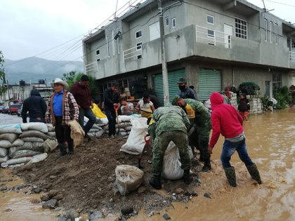 En Oaxaca, el Ejército, la Guardia Nacional y personal de Protección Civil realizaron el desazolve de calles, el despliegue de costales de arena y el retiro de agua de viviendas afectadas. (Foto: Cortesía Sedena)