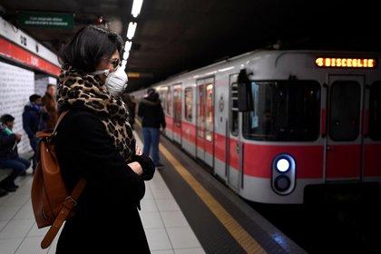Una mujer con barbijo en el subte de Milán (REUTERS/Flavio Lo Scalzo)