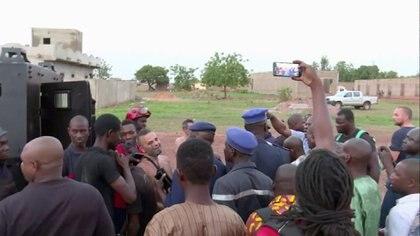 Policías y miembros de la misión de la ONU en un campamento maliense(Reuters)