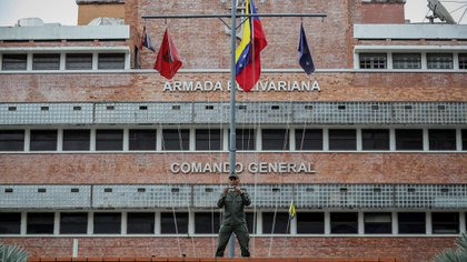 Militares custodian la entrada del Comando General de la Armada Bolivariana en Caracas. Acosta falleció el sábado 29 de junio en el Hospital Militar del Ejército Dr. Vicente Salias Sanoja tras ser torturado en la sede de la Dirección General de Contrainteligencia Militar (Dgcim), según denuncian sus familiares (EFE/ Rayner Peña R.)