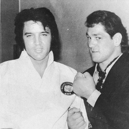 """Se codeó con figuras y estrellas del mundo. Aquí, Junto a Elvis Presley. En Estados Unidos le decían: """"Ringo, el Beatle latinoamericano"""""""