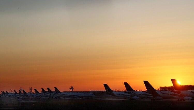 Antes de que los viajeros regresen al cielo, al mar y a los hoteles, el Estado debe levantar las restricciones de viaje (REUTERS)