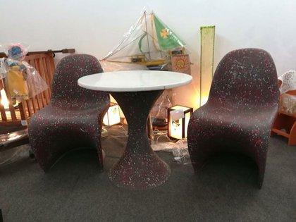 Las sillas y la mesa que hicieron los presos y donaron a la asociación