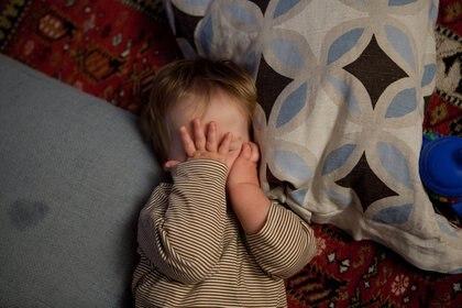 25/08/2014 Niño despertándose.  En la primera infancia, las habilidades de memoria predicen la fuerza de las conexiones cerebrales futuras y, a la inversa, la fuerza de las conexiones cerebrales tempranas predice la agudeza de la memoria futura. Una nueva investigación publicada en la revista 'JNeurosci' destaca la relación compleja y bidireccional entre la función cerebral y la capacidad durante el desarrollo.  SALUD ESPAÑA EUROPA FLICKR/LARS PLOUGMANN