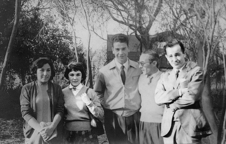 Asado en Olivos, primavera de 1957. Señora Rizzoni, Enriqueta Muñiz, Julio Troxler, Antonio Rizzoni y Rodolfo Walsh (Gentileza Editorial Planeta)