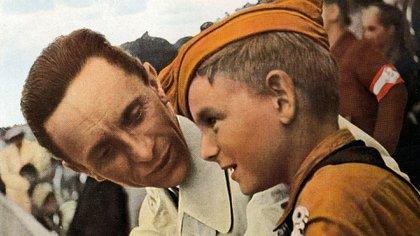 Joseph Goebbels con un niño miembro de la juventud hitleriana (Shutterstock)