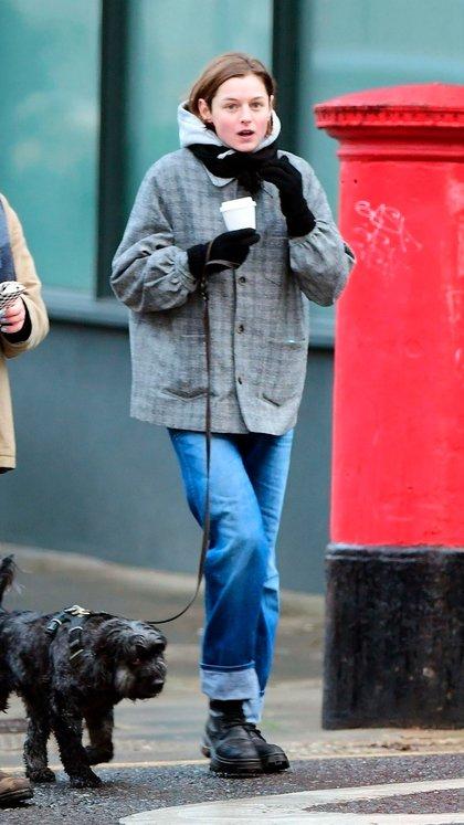 """Mientras paseaba a su perro por las calles de Londres, Inglaterra, Emma Corrin se encontró con unos amigos. La actriz -popularmente conocida por su papel en """"The Crown""""- aprovechó para seguir caminando en grupo a pesar de las restricciones por la pandemia del coronavirus"""