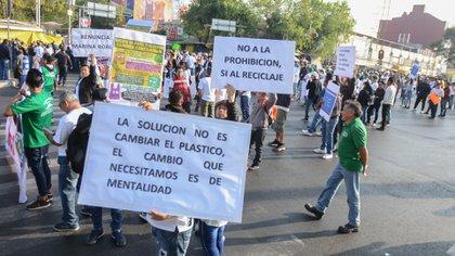 CIUDAD DE MÉXICO, 15ENERO2020.- Productores de bolsas de plástico se manifestaron frente a la Secretaría del Medio Ambiente, bloqueando por varios minutos la avenida Circunvalación y Fray Servando. FOTO: ARMANDO MONROY /CUARTOSCURO.COM