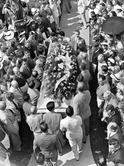 A su funeral asistieron 40 mil personas, su ataúd medía 3 metros y fue llevado por 16 hombres
