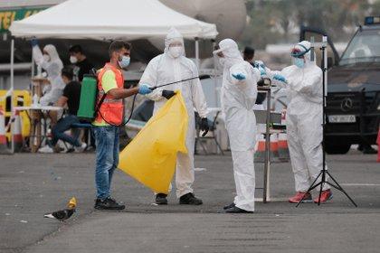 Desinfecciones al paso y test a quienes circulan por las calles, se observan en varias ciudades del mundo - EFE/ Medina G.