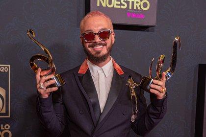 El cantante colombiano J Balvin posa con sus premios Lo Nuestro el 20 de febrero de 2020 en el American Airlines Arena de la ciudad de Miami (EE.UU.). EFE/ Giorgio Viera/Archivo